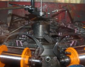 Процесс наложения экрана, при производстве кабеля КуПе