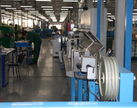 Наложение изоляции при изготовлении кабеля Инсил производства НПП Интех в Софрино