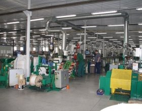 Наложение оплетки при изготовлении кабеля Инсил производства НПП Интех в Софрино